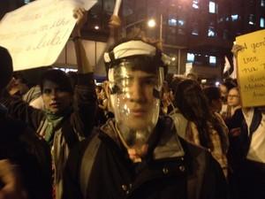 No improviso, manifestante quer fugir de gás (Foto: Luís Bulcão/G1)