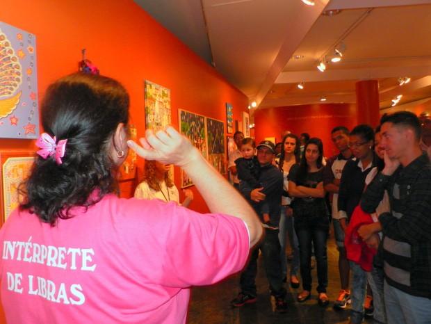 Visitantes guiados com recursos de tradução em Libras (Foto: Claudia Assencio/G1)