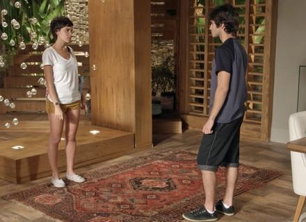 Fabinho faz cena de ciúme na frente dos pais e Leila perde a paciência