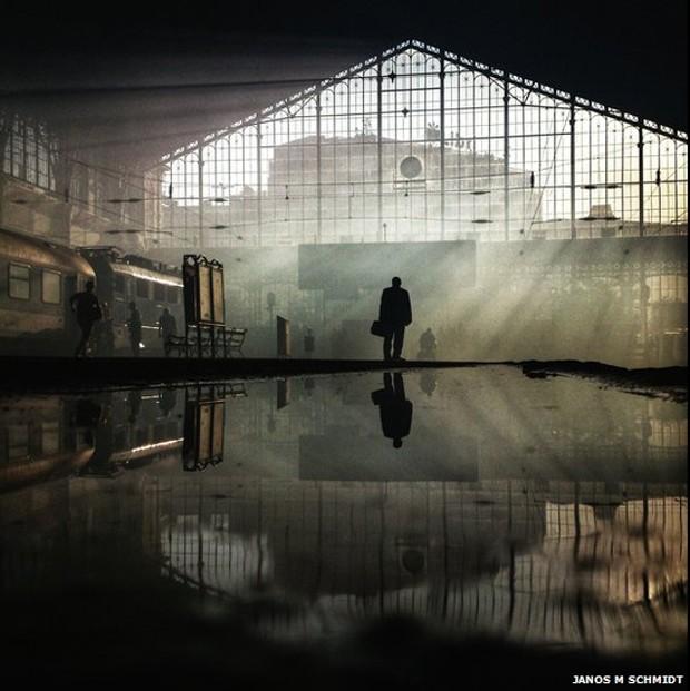 O segundo lugar foi para Janos Schmidt, da Hugria, pela foto em que um homem observa um quadro de horários em uma estação de trem em Budapeste (Foto: Janos Schmidt)