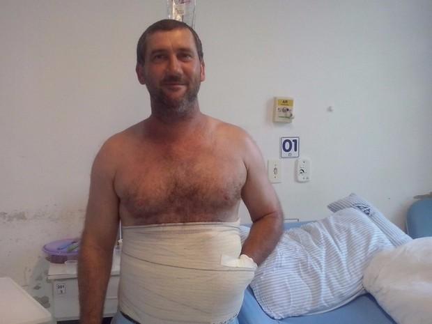 Carlos Mariotti se recupera de cirurgia em hospital de Orleans, no Sul de SC (Foto: Analuze Goulart)