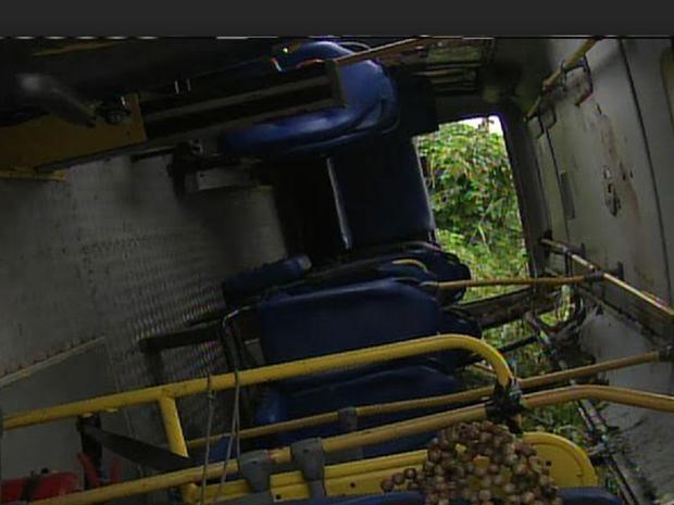 Van ficou destruída. Feridos foram encaminhados para a UPA da cidade (Foto: Reprodução/TV Verdes Mares)