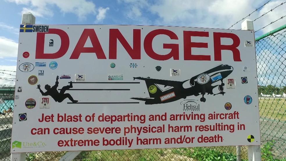 Aviso alerta sobre perigos da região (Foto: BBC)