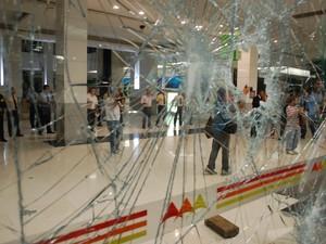 Porta de vidro do shopping Midway Mall foi destruída por integrantes da #RevoltadoBusão (Foto: Fabiano de Oliveira/G1)