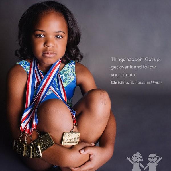 """""""Coisas acontecem. Levante-se, supere e siga seu sonho"""". Christina, 8 anos, joelho fraturado. (Foto: KATE T. PARKER/CHOA)"""