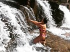 Priscila Pires posa de biquíni em cachoeira: 'Mãe Natureza'