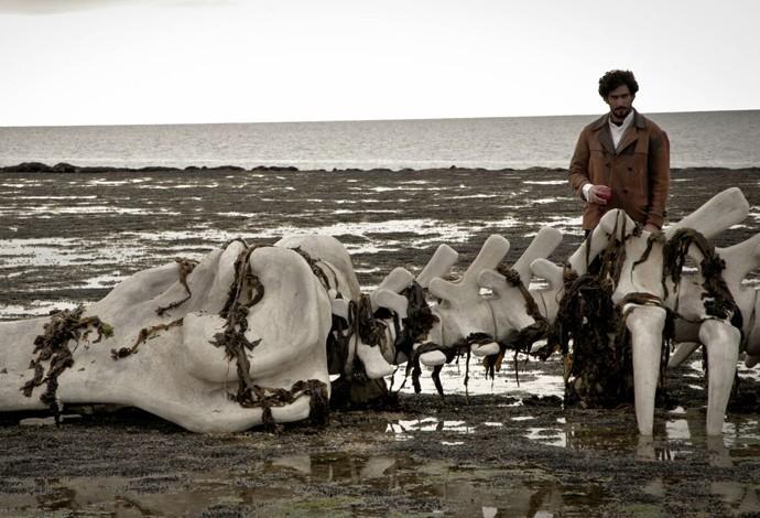 Renato Góes posa ao lado da ossada de baleia cenográfica (Foto: Gabriel Nascimento/Gshow)