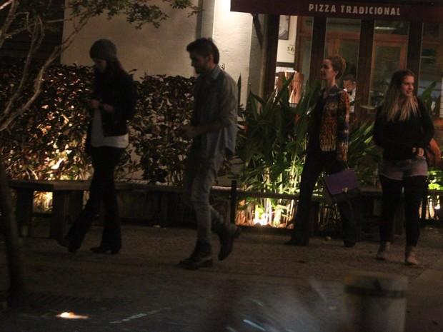 Sophia Abrahão, Fiuk, Carolinie Figueiredo, Nathalia Dill e Sophie Charlotte em restaurante no Rio (Foto: Delson Silva/ Ag. News)
