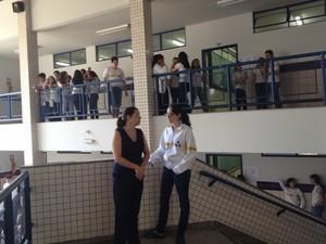 Coordenadora pedagógica do WR, em Goiás, com aluna (Foto: Versanna Carvalho/G1)
