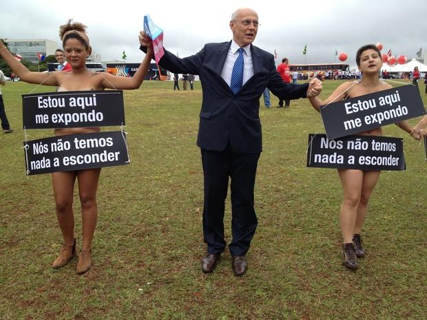 Senador Supliccy participou do protesto ao lado dos manifestantes (Foto: Luciana Amaral/G1)