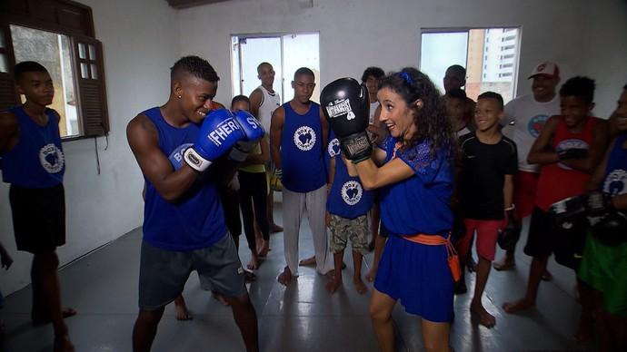 Maria Menezes luta boxe com jovens do Candeal (Foto: TV Bahia)