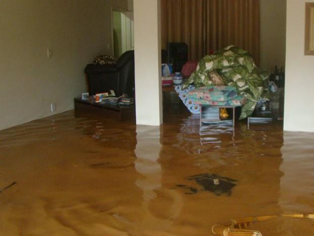 Água da chuva invade casas em Alfredo Chaves. (Foto: Iara Farmagnani/ VC no G1)