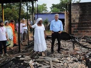 O governador Rodrigo Rollemberg, durante visita a terreiro de candomblé incendiado no DF (Foto: Toninho Tavares/Agência Brasília)