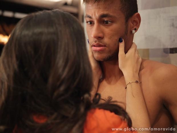 Neymar é agarrado à força por Valdirene! (Foto: Amor à Vida / TV Globo)