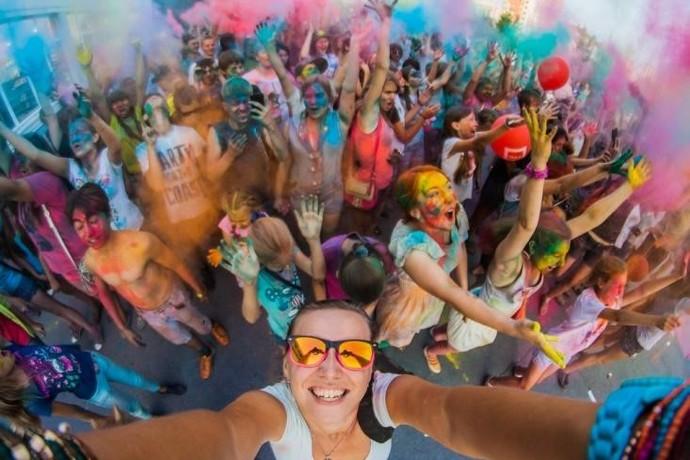 Motorola Suas selfies em grupo ficarão ainda mais incríveis com o ângulo aberto da câmera frontal. Todo mundo sai bem na foto!  (Foto: Divulgação)