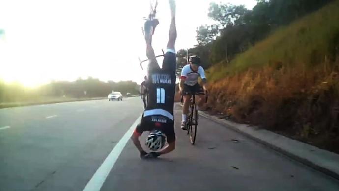 Ciclista australiano capota (Foto: Reprodução / YouTube)