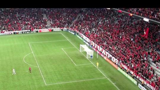 """Na quarta partida pelo Atlético-PR, Soares é chamado de burro: """"Jogamos bem"""""""