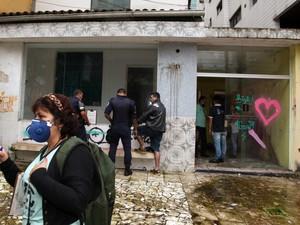 Agentes fiscalizaram imóvel abandonado em Santos, SP (Foto: Divulgação/Prefeitura de Santos)