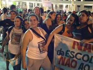 Mães de alunos de escola que será demolida também protestaram: 'Já houve outros eventos aqui e nunca precisaram tocar na escola', disse uma dela, sem se identificar (Foto: Marcelo Elizardo/G1)
