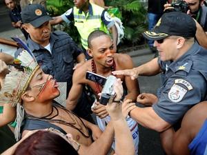 Protesto contra a venda do estádio do Maracanã gera confronto entre manifestantes e policiais em frente ao Palácio Guanabara no Rio de Janeiro, onde será anunciado a empresa responsável por administrar o local pelos próximos 35 anos. (Foto: Luiz Roberto Lima/Futura Press)