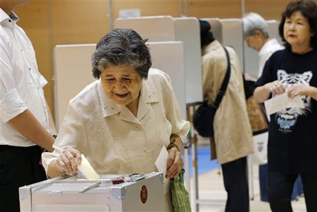 Idosa vota em eleições japonesas, em 21 de julho de 2013.  (Foto: AP Photo/Koji Sasahara)