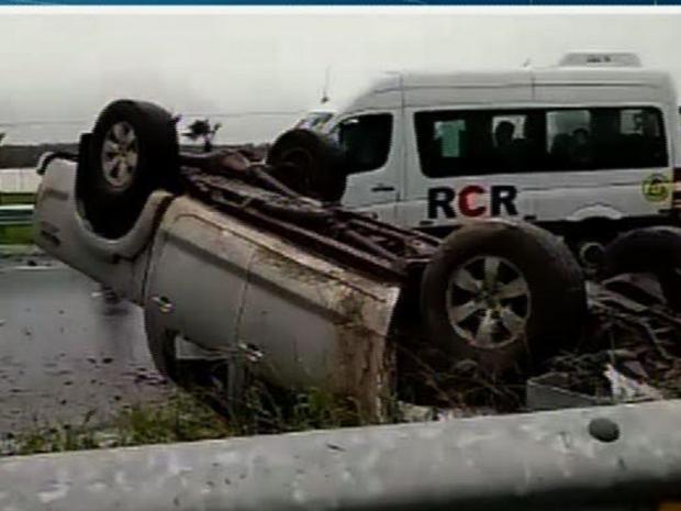 Cinco pessoas que estavam no veículo ficaram feridas e levadas por populares para o hospital no distrito do Pecém, em São Gonçalo do Amarante (Foto: Reprodução/TV Verdes Mares)