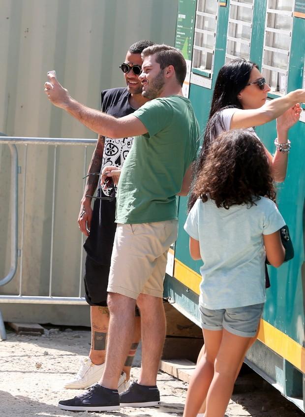 Daniel Alves com fã (Foto: André Freitas / AgNews)