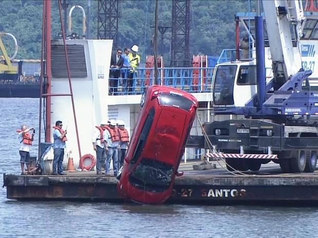 Carro foi retirado do mar (Foto: Reprodução / TV Tribuna)