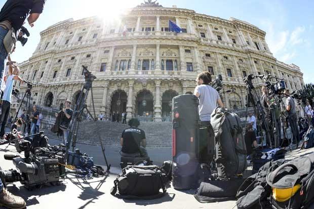 Imprensa reunida em frente ao Tribunal de Cassação italiano nesta terça-feira (30) espera o resultado doa audiência do ex-premiê Silvio Berlusconi (Foto: Andreas Solaro/ AFP)
