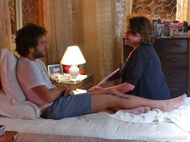 Fabinho e a mãe têm conversa cheia de emoção (Foto: Sangue Bom / TV Globo)