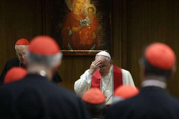 Papa Francisco faz o sinal da cruz durante encontro com cardeais no Vaticano nesta segunda-feira (20) (Foto: Max Rossi/Reuters)