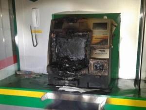 Homens tentatam arrombar caixa eletrônico (Foto: Polícia Militar de Joinville/Divulgação)