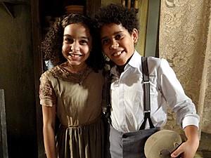 Madá e Elias brincam juntos no morro (Foto: Lado a Lado / TV Globo)