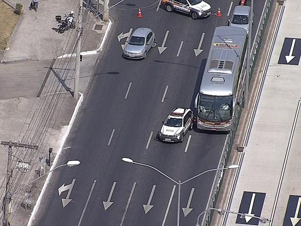 Acidente entre carro da Polícia Militar e carro de passeio interdita pistas da Avenida Cristiano Machado, em Belo Horizonte (Foto: Reprodução/TV Globo)