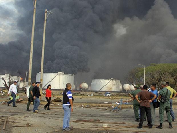 Muita fumaça ainda era vista na tarde desta sábado na área da explosão (Foto: AP)