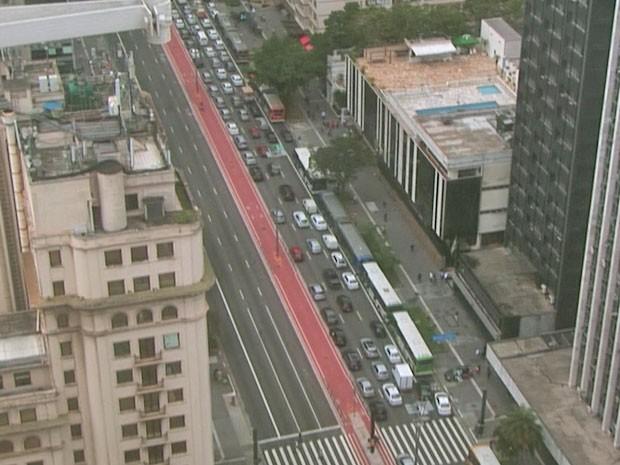 Avenida Paulista com trânsito intenso no sentido Paraíso. Via foi interditada por causa de ameaça de bomba (Foto: Reprodução/TV Globo)