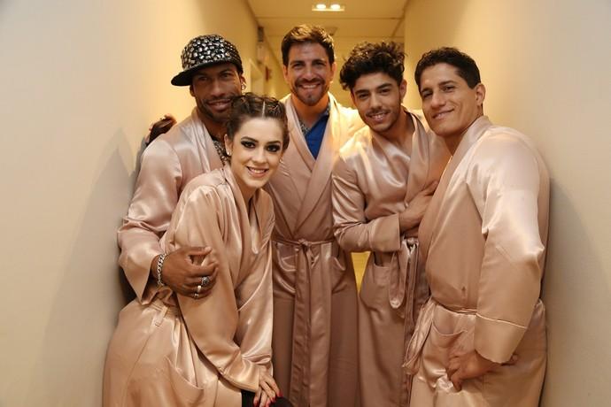 Sophia posa com os professores nos bastidores (Foto: Carol Caminha/Gshow)