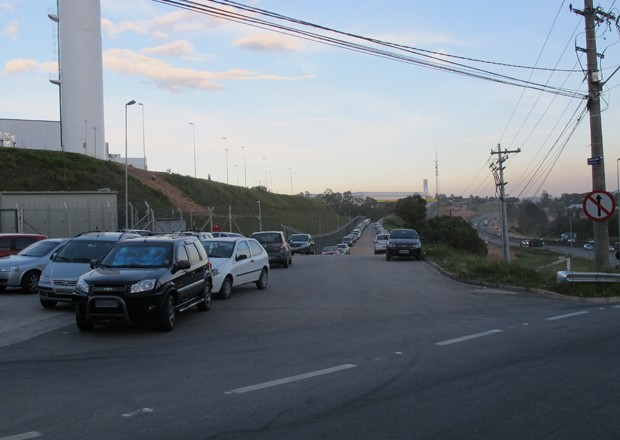 Apenas o come&#231;o da avenida, junto &#224; entrada da Foxconn, tem asfalto (Foto: Rafael Miotto/G1)