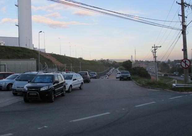 Apenas o começo da avenida, junto à entrada da Foxconn, tem asfalto (Foto: Rafael Miotto/G1)