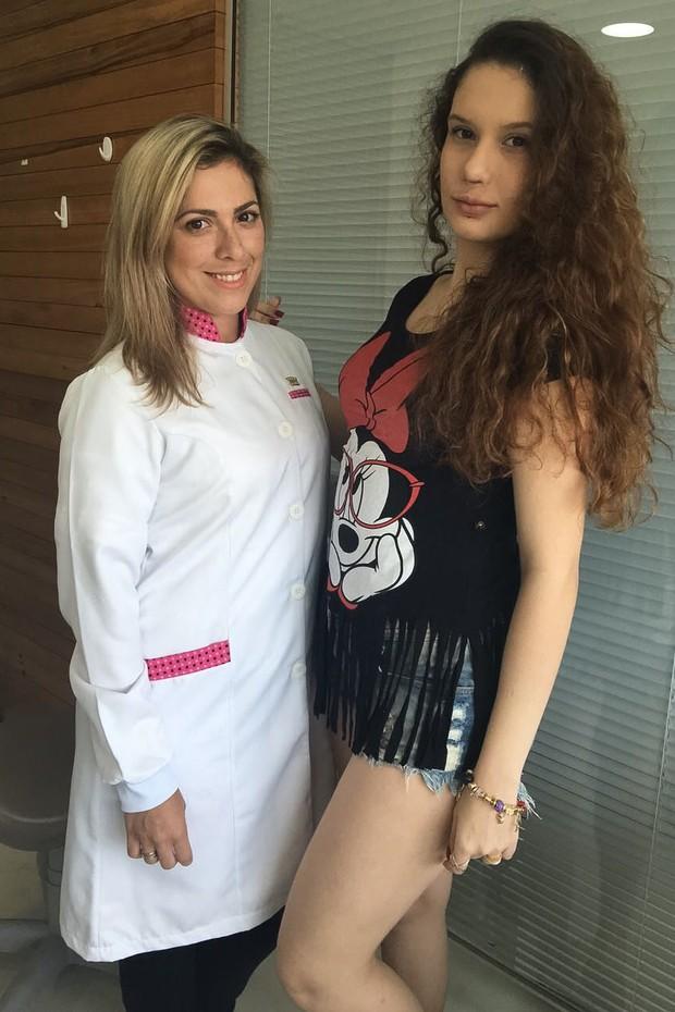 Stephanie com a médica Camila Cascardo (Foto: Divulgação)