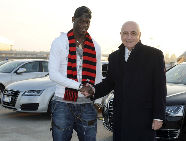 Balotelli ao lado de Adriano Galliani, milan (Foto: Agência Reuters)