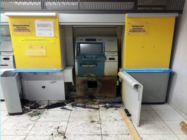 Banco do Brasil foi alvo de ação de bandidos em Igarassu (Foto: Reprodução TV Globo)