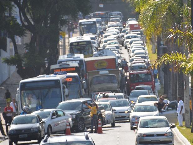 Após o incêndio no veícuo trânsito de veículo no local ficou lento.  (Foto: Walter Paparazzo/G1)