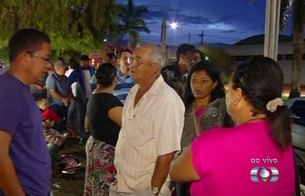 Filas começaram a se formar 5h antes do horário de atendimento, em Rio Verde (Foto: Reprodução/TV Anhanguera)