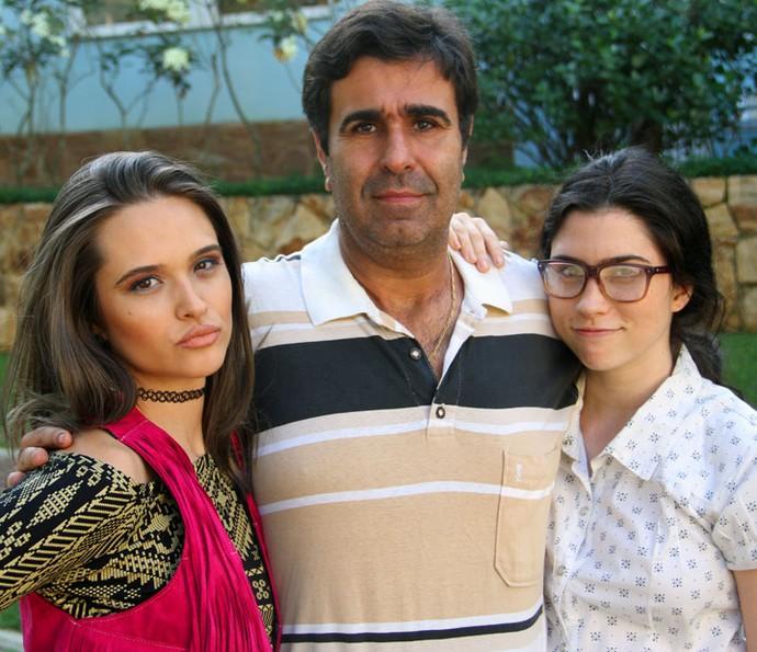 Na trama, Juliana vive Cassandra e Olívia é Débora. As duas irmãs são filhas de Hugo, personagem de Orã Figueiredo (Foto: TV Globo)