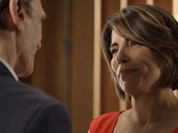Beatriz fica feliz com a chegada do seu novo aliado (Foto: TV Globo)