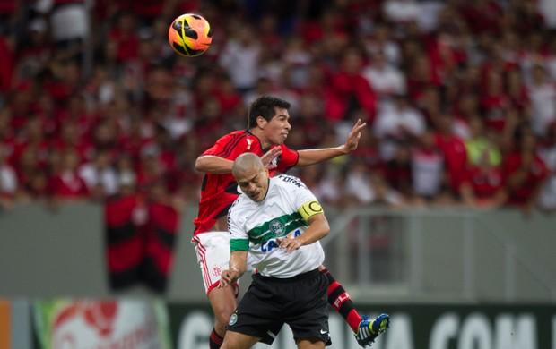 Caceres e Alex Flamengo x Coritiba (Foto: Ed Ferreira / Ag. Estado)