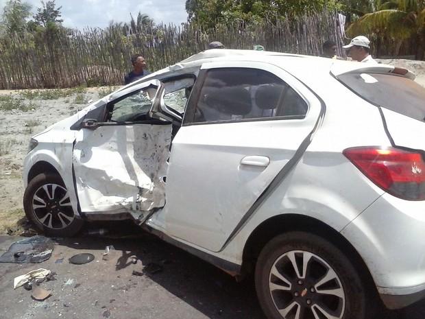 Veículo envolvido na colisão com duas motocicletas (Foto: Divulgação/PRF)