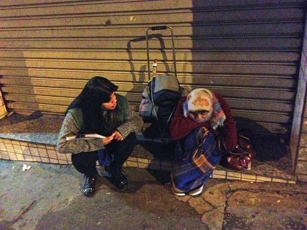 Assistente social conversa com mulher que se identificou como Fátima, que se recusou ir a um dos abrigos. (Foto: Helton Simões Gomes / G1)