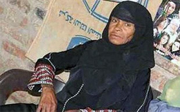 Egípcia trabalhou carregando tijolos, sacos de cimento e engraxando sapatos (Foto: Al Arabiya/BBC)